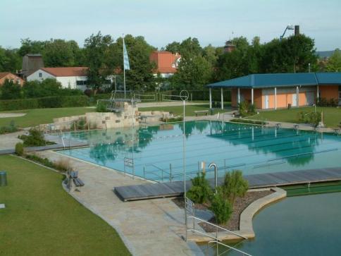Schwimmerbecken mit Sprungbereich